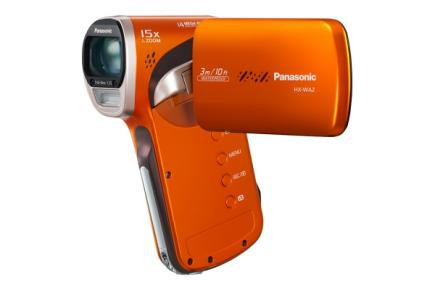 Panasonic HX-WA2: vista 3/4 frontale con LCD orange